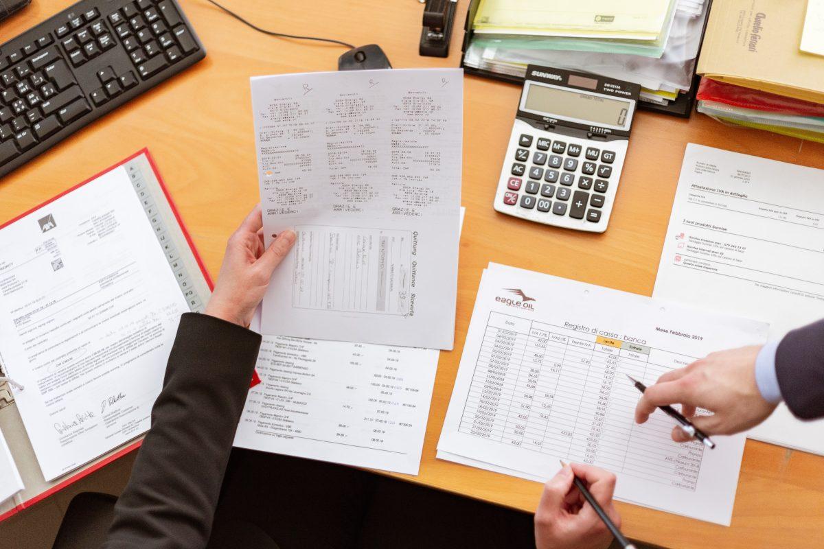 Gráfico de nuevo código de comercio ecuatoriano. Demuestra un escritorio con calculadora y varios documentos de contabilidad