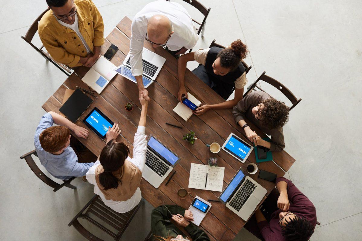 Gente reunida haciendo negocios