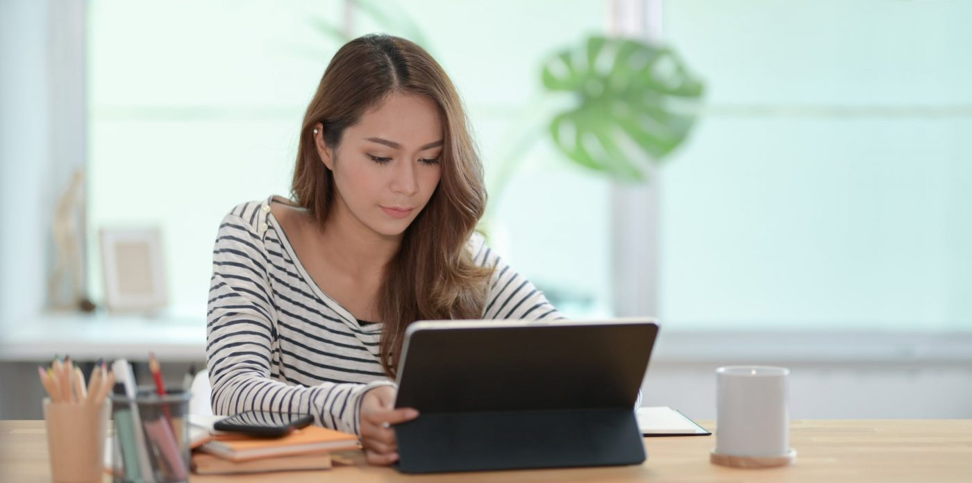 Chica trabajar desde casa con su computador